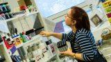 Många produkter som ska packas upp på hyllor i Hobbylagrets butik